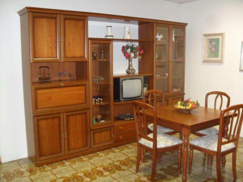 Mobile soggiorno classico con tavolo e sedie