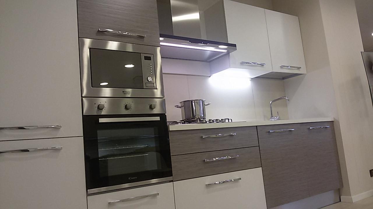 Cucina con microonde e lavastoviglie - Arredamenti Guerra